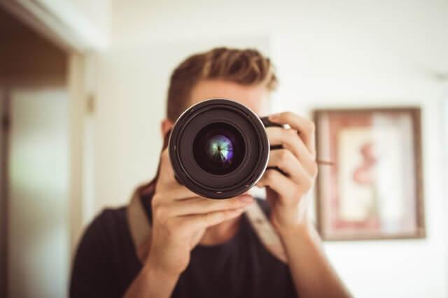 飲食店のメニューを撮影する準備をしているカメラマン