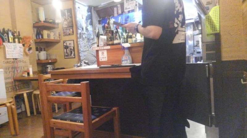 注文を聞きに行く居酒屋スタッフ