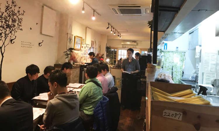 菊池氏の話を熱心に聞くカフェ開業希望者