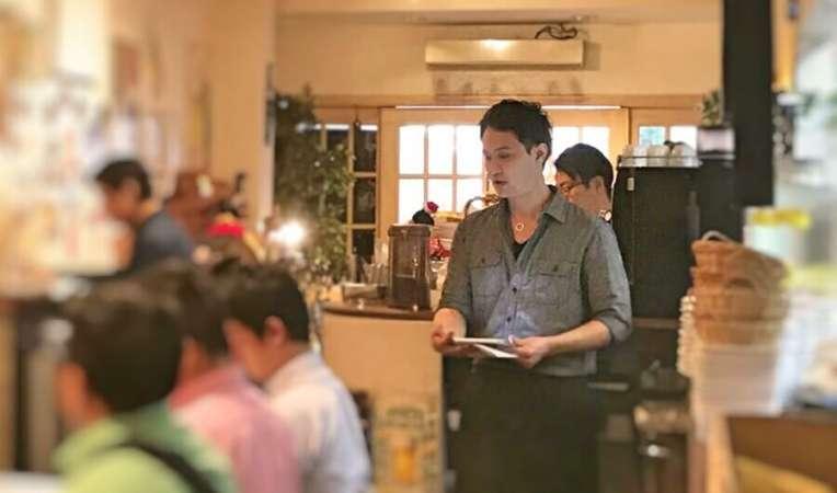 カフェ経営のセミナーで講演する菊池氏