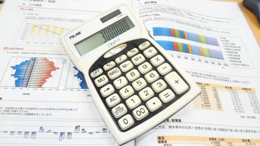 事業計画書と電卓
