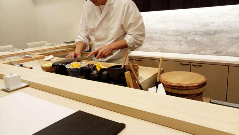 和食の職人の技をカウンターで見る