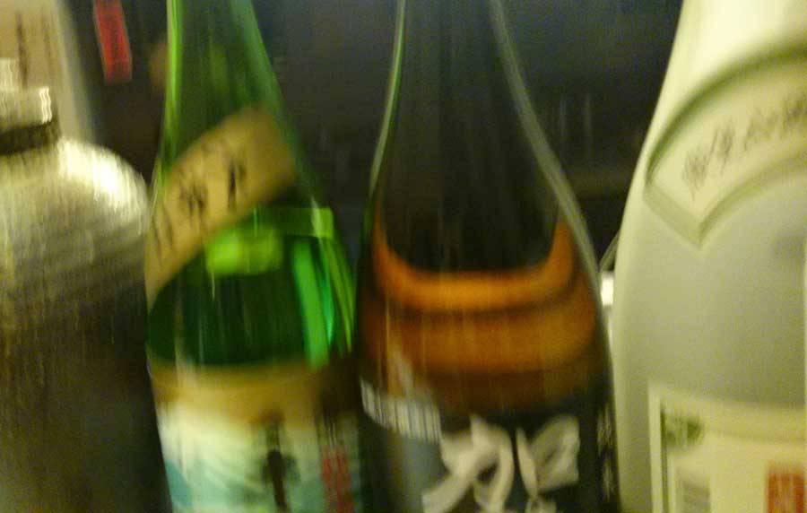 落ちる寸前の日本酒の酒瓶