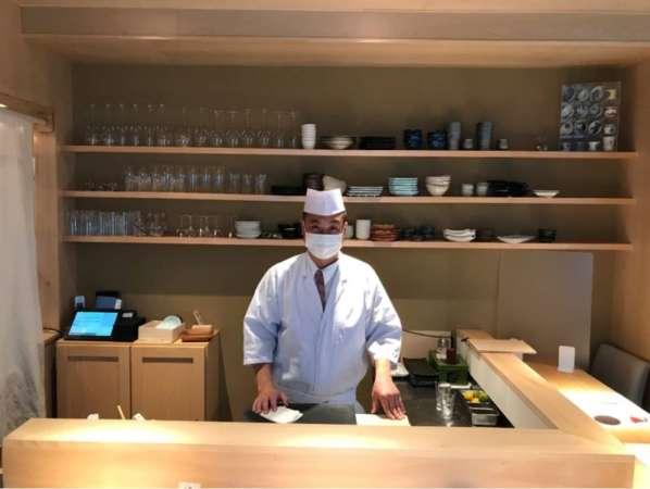 「鮨 島屋 沖田」の厨房に立つ沖田さん